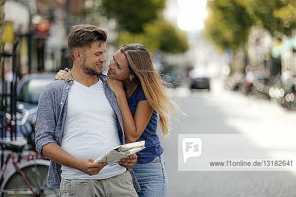 Niederlande  Maastricht  glückliches junges Paar erkundet die Stadt