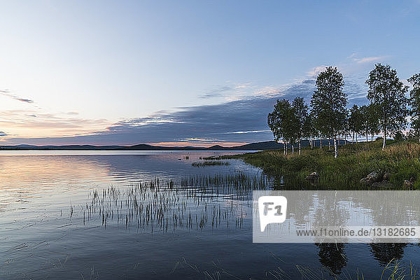 Finnland  Lappland  Dämmerung über einem atemberaubenden See