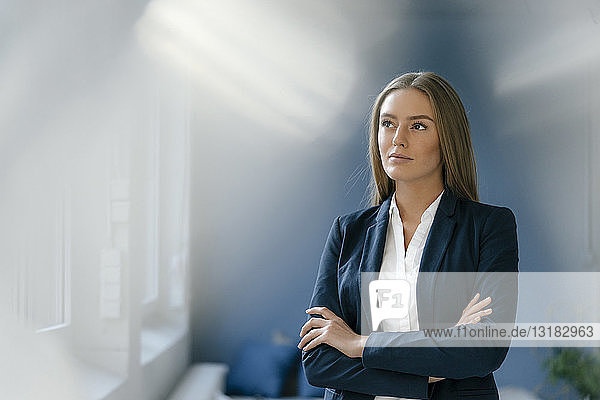 Porträt einer seriösen jungen Geschäftsfrau