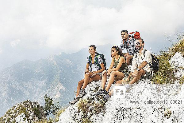 Italien  Massa  Gruppe von Menschen  die in den Alpi Apuane wandern und sich die Aussicht anschauen