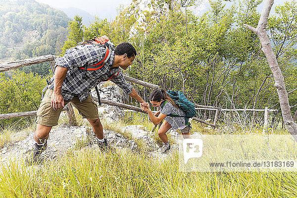 Italien  Massa  Mann hilft einer jungen Frau beim Treppensteigen in den Alpi Apuane