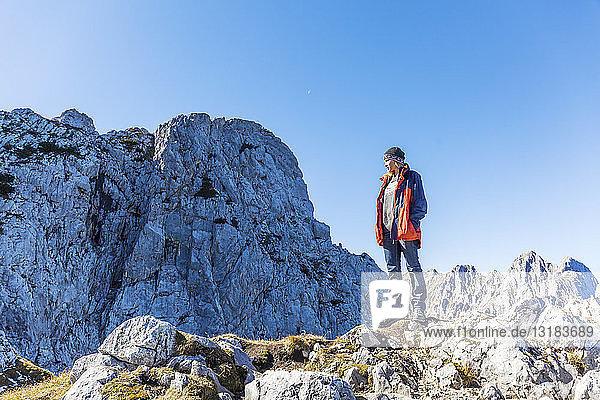 Deutschland  Garmisch-Partenkirchen  Alpspitze  Osterfelderkopf  Wanderin auf Aussichtspunkt