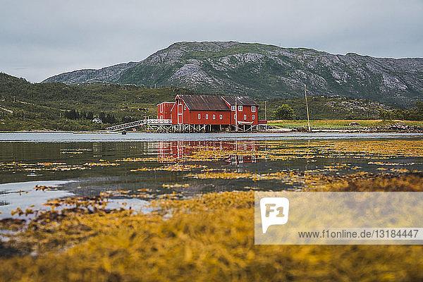 Nordnorwegen  Lappland  Rotes Holzhaus an einem Fjord