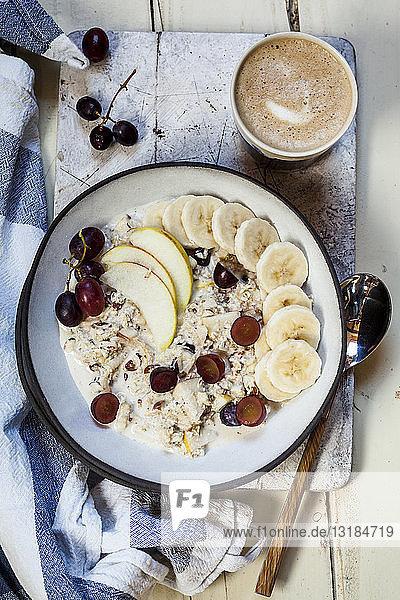 Müsli-Schale mit Bananen  Äpfeln  Trauben  mit Kaffee