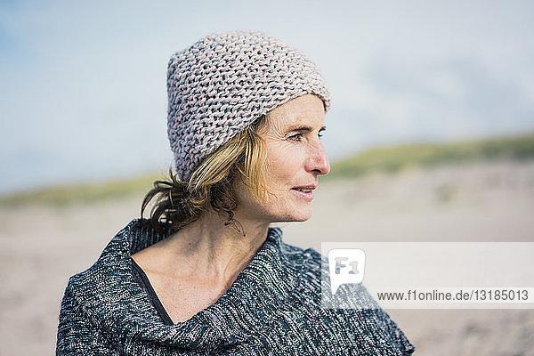 Reife Frau  mit Wollmütze  Porträt