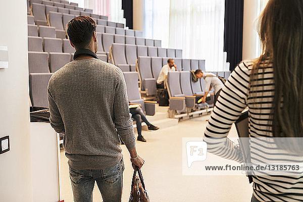 Junge Studenten betreten den Hörsaal der Universität