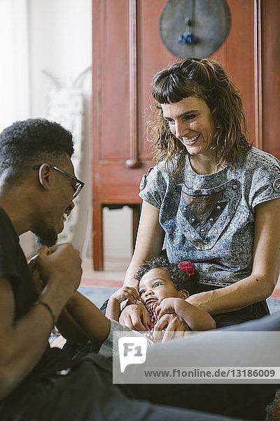 Glückliche Mutter und Vater mit Tochter zu Hause