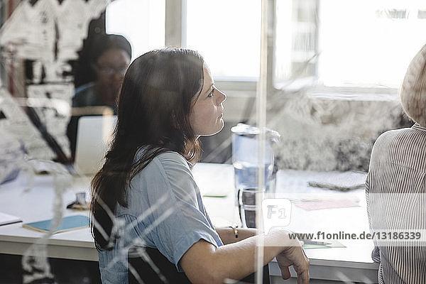 Geschäftsfrau mit Kollegen im Sitzungssaal während einer Brainstorming-Sitzung