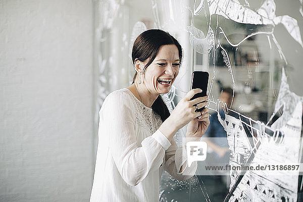 Lächelnde  kreative Geschäftsfrau  die sich im Sitzungssaal selbstständig macht