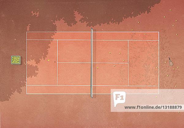 Blick von oben auf Tennisbälle auf einem Sandplatz