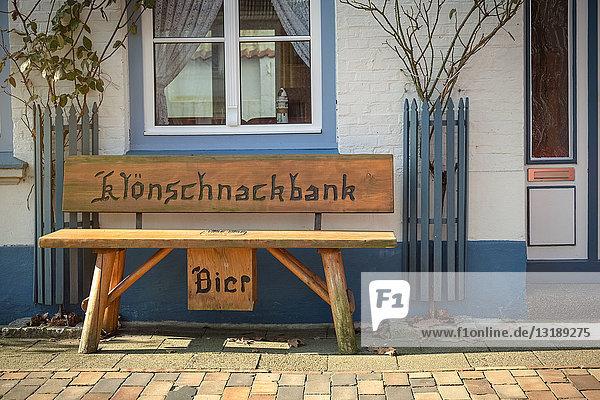 Holzbank vor einem Haus  Friedrichstadt  Schleswig-Holstein  Deutschland  Europa