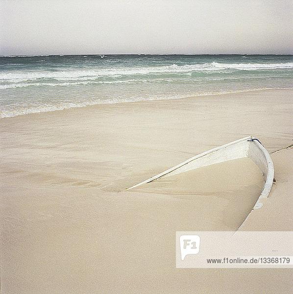 Vergrabenes Boot am Strand
