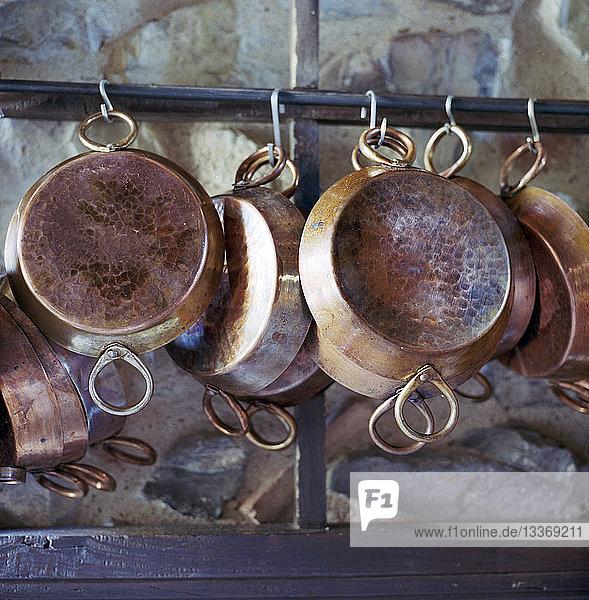Kupfertöpfe hängen in der Küche
