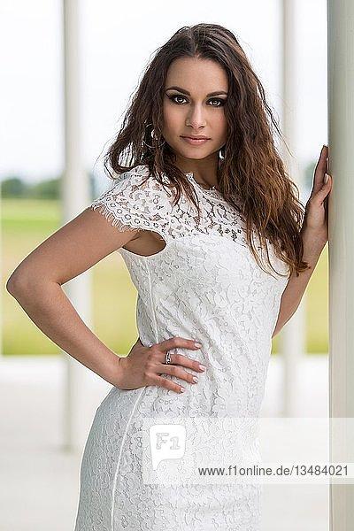 Junge Frau posiert mit hellen Sommerkleid