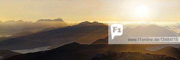 Sonnenuntergang mit Fernsicht in die Jachenau mit Walchensee und Zugspitze mit Wettersteingebirge  Benediktenwand  Lenggries  Oberbayern  Bayern  Deutschland  Europa