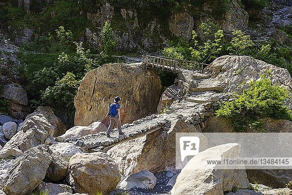 Wanderin auf Brücke  Theth  Nationalpark Theth  Albanische Alpen  Prokletije  Qark Shkodra  Albanien  Europa
