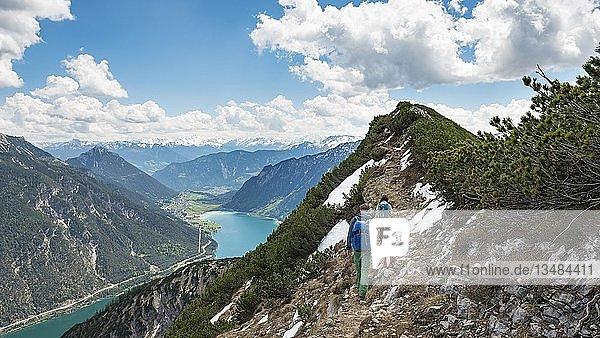 Zwei Wanderer auf Wanderweg  Überschreitung von der Seekarspitz zur Seebergspitz  Blick auf den Achensee  Tirol  Österreich  Europa