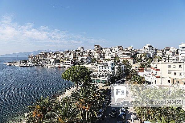 Stadtansicht mit Fährhafen  Saranda  Ionisches Meer  Albanien  Europa