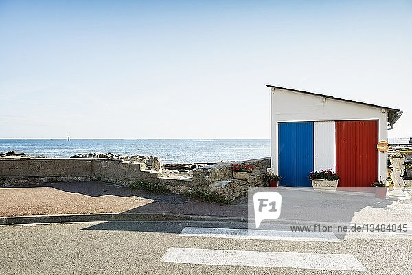 In französischen Nationalfarben angemalte Garage am Meer  Guilvinec  Finistere  Bretagne  Frankreich  Europa