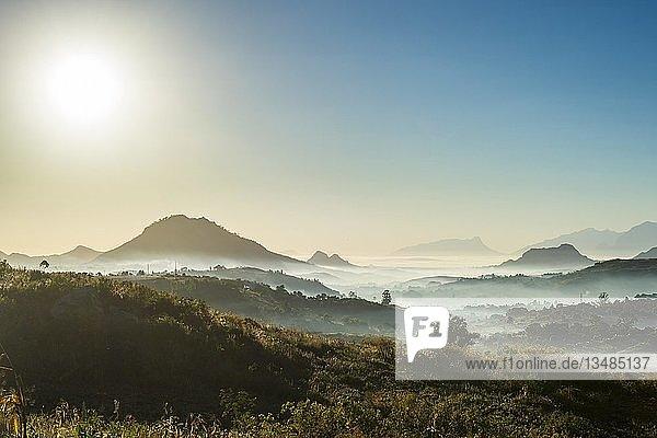 Nebel über den Bergen bei Sonnenaufgang  um Blantyre  Malawi  Afrika