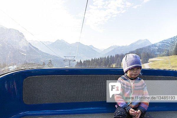 Kleinkind fährt mit Bergbahn  Deutschland  Europa