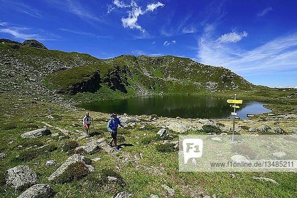 Wanderer beim Oberen Wildalmsee auf dem Weg zum Schafsiedel  Kelchsau  Kitzbüheler Alpen  Tirol  Österreich  Europa