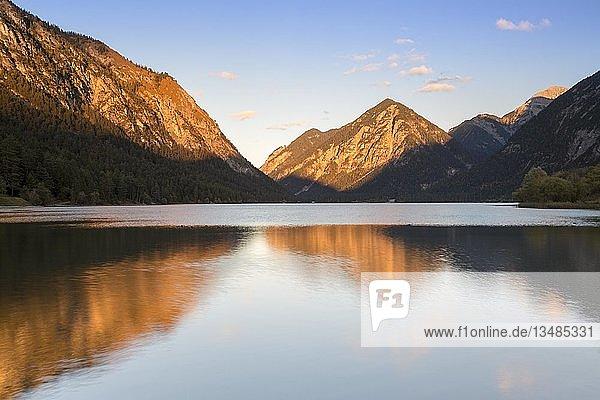 Berge am Heiterwanger See im Abendlicht  Heiterwang  Tirol  Österreich  Europa