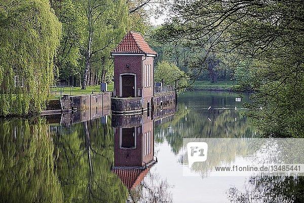 Oste-Wehr mit historischem Schleusenwärterhäuschen an der Oste  Bremervörde  Niedersachsen  Deutschland  Europa