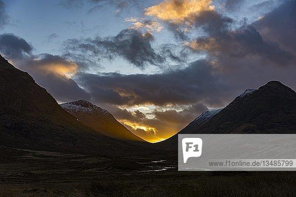 Kleiner Bach im Vordergrund mit Gipfel des Stob Coire und Stob Na Doire im Hintergrund bei Sonnenuntergang  Glen Coe  west Highlands  Schottland  Großbritannien  Europa