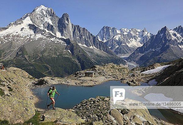 Frau  Bergsteigerin im Aufstieg  hinten Lac Blanc  Aiguille Verte  Grandes Jorasses  Mont-Blanc-Massiv  Chamonix  Frankreich  Europa