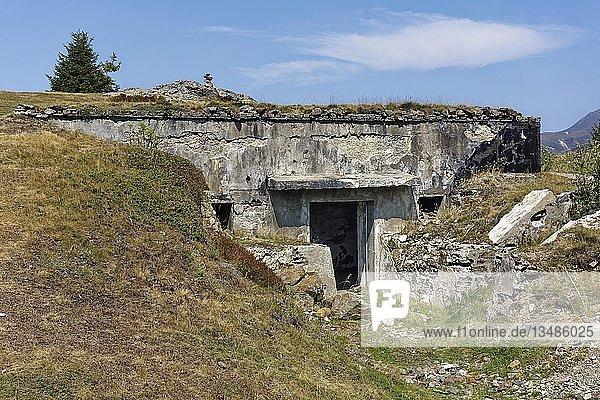 Hauptbunker  Verteidigungsanlage Plamort  zweiter Weltkrieg  zum Schutz Italiens vor Nazi-Deutschland  bei Biotop Plamorter Moos  Hochmoor  am Reschenpass  Vinschgau  Südtirol  Italien  Europa