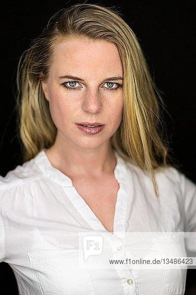 Frau blond Portrait  Ringlicht