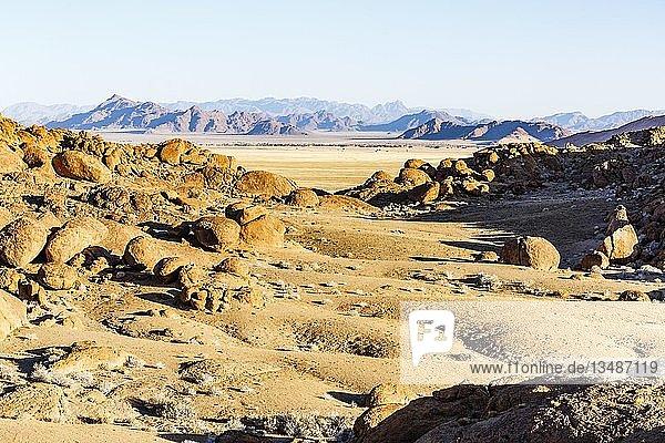 Granitfelsen mit Ausblick auf Sesriem  Namib-Naukluft-Nationalpark  Namibia  Afrika