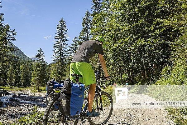 Fahrradfahrer auf Radweg  Alpenüberquerung  Radtour  Alpenüberquerung  Via Claudia Augusta  Oberbayern  Bayern  Deutschland  Europa