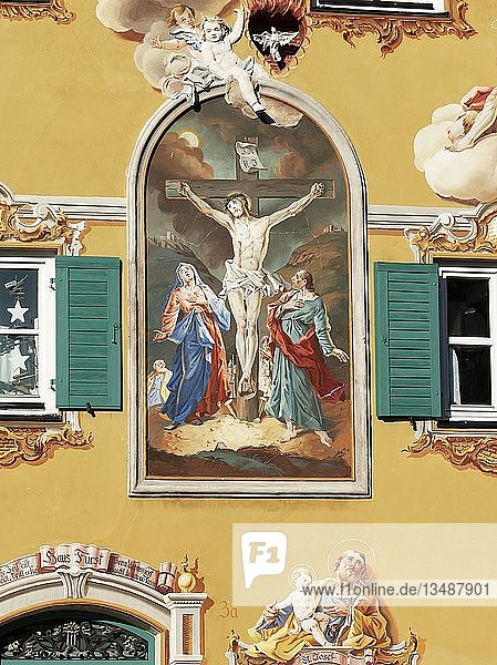 Lüftlmalerei gekreuzigter Jesus an Fassade  Mittenwald  Werdenfelser Land  Oberbayern  Bayern  Deutschland  Europa