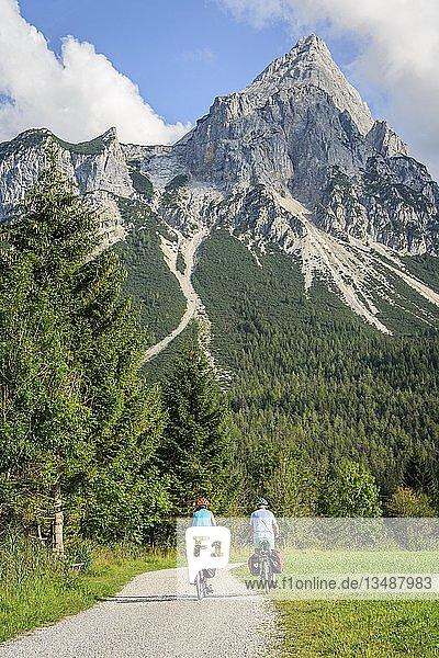 Zwei Fahrradfahrer mit Mountainbikes  auf dem Radweg Via Claudia Augusta  Alpenüberquerung  hinten Sonnenspitze  Berglandschaft  Tiroler Alpen  Alpenüberquerung  bei Ehrwald  Tirol  Österreich  Europa