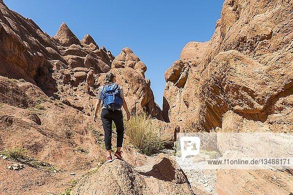 Junge Wanderin in einer engen Sandsteinschlucht  Sonnenstern  Dades Valley  Marokko  Afrika