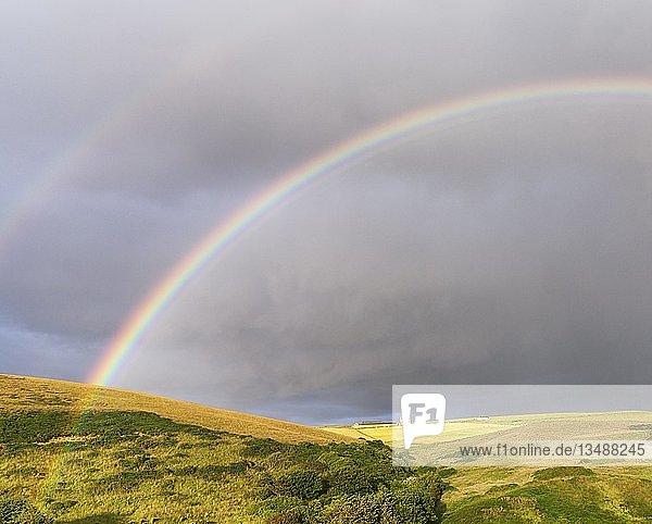 Doppelter Regenbogen über Wiesenlandschaft  bei Pennan  Aberdeenshire  Schottland  Großbritannien  Europa