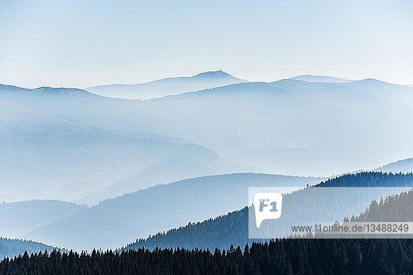 Gestaffelte Bergketten im Dunst  am Hohneck  Col de la Schlucht  Vogesen  Elsass-Lothringen  Frankreich  Europa