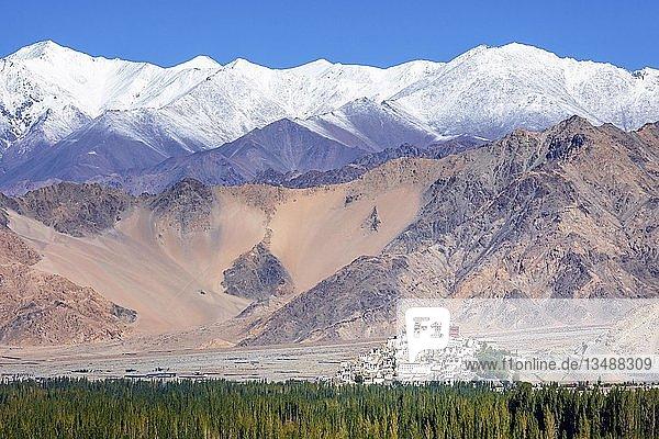 Buddhistisches Thiksey-Kloster vor hohen Bergen  Bergregion Ladakh  Jammu und Kaschmir  Indien  Asien