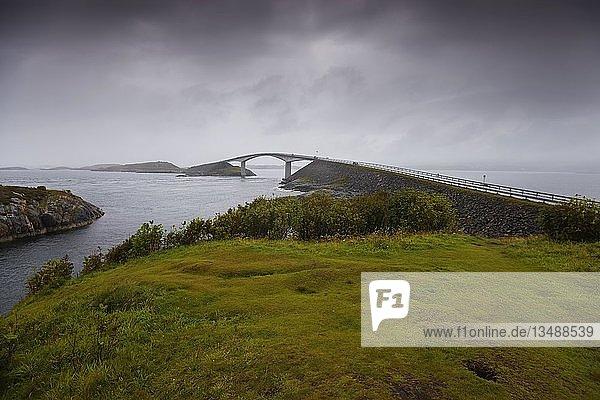 Storseisundet Brücke an einem bewölkten  regnerischen Tag  Atlanterhavsveien  Norwegen  Europa