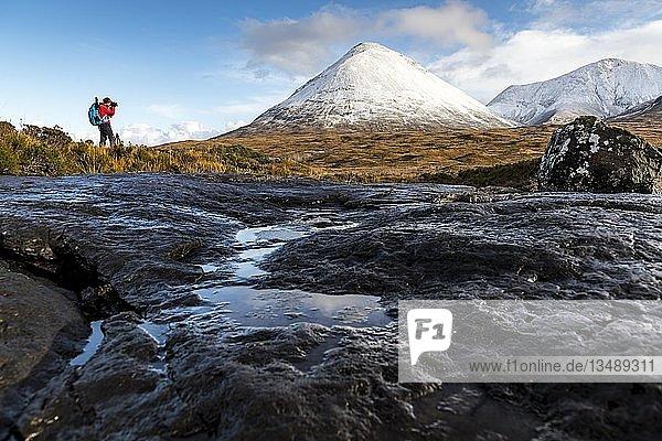 Fotograf mit verschneiten Gipfeln der Cullins Berge  Sligachan  Portree  Isle of Sky  Schottland  Großbritannien  Europa