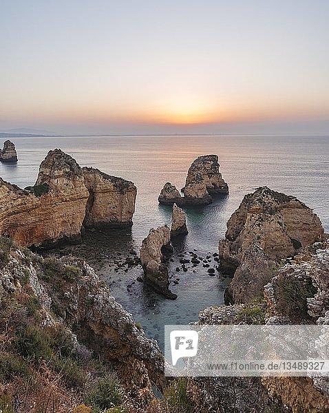 Sonnenuntergang  Felsen im Meer  Algarve Felsenküste  Ponta da Piedade  Lagos  Portugal  Europa