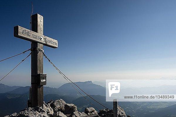 Gipfelkreuz des Hochkalter  2.607m  hinten der Untersberg  Berchtesgadener Alpen  Ramsau  Nationalpark Berchtesgaden  Berchtesgadener Land  Bayern  Deutschland  Europa