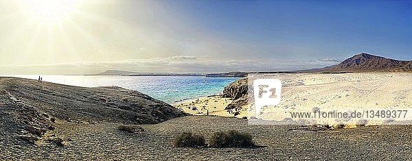 Sandstrand und Felsküste mit türkisfarbenen klarem Wasser der Playa del Papagayo  Punta Papagayo  Playa Blanca  Lanzarote  Kanarische Inseln  Spanien  Europa