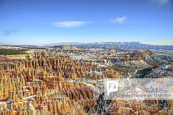 Blick auf das Amphitheater  verschneite bizarre Felslandschaft mit Hoodoos im Winter  Inspiration Point  Bryce Canyon Nationalpark  Utah  USA  Nordamerika