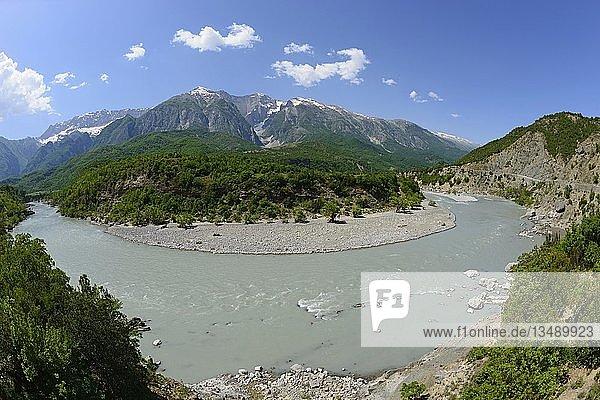 Fluss Vjosa bei Stembec  SH75  Berg Mali i Drites  Gebirge Nemeckes  Albanien  Europa