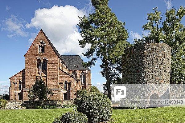 St. Johannes der Täufer Kirche  katholische Pfarrkirche  Burgruine Amöneburg  Wehrturm  Amöneburg  Landkreis Marbug-Biedenkopf  Mittelhessen  Hessen  Deutschland  Europa