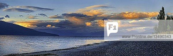 Ufer des Lake Te Anau bei Sonnenuntergang  Wolkenstimmung  Te Anau  Fiordland-Nationalpark  Fiordland  Südinsel  Neuseeland  Ozeanien