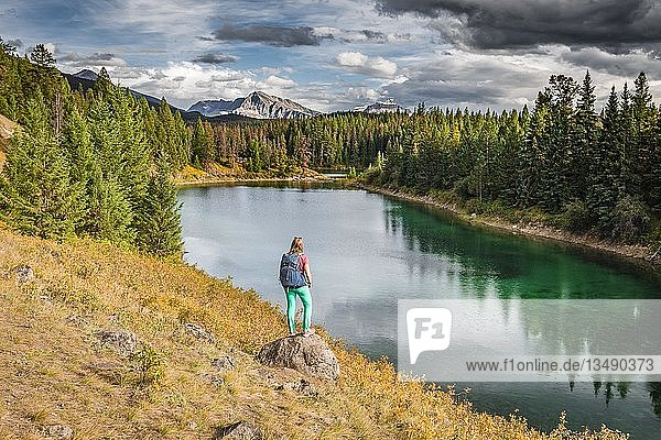 Junge Wanderin an einem See  Fourth Lake  Valley of the Five Lakes  Jasper National Park  hinten Berge  Alberta  Kanada  Nordamerika